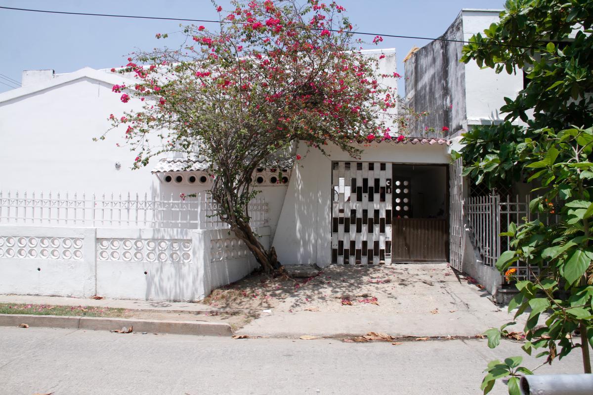 En represalia por el crimen del adolescente, la casa de uno de los sospechosos en participar en la riña es atacada a palo y piedras, en el barrio Simón Bolívar.