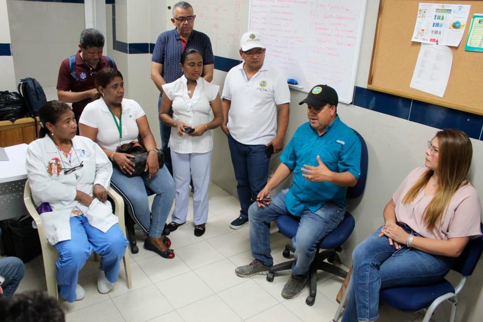El alcalde (e) de Cartagena, Pedrito Pereira, le dijo a los empleados que se están buscando alternativas para salir de la crisis.//foto cortesía.