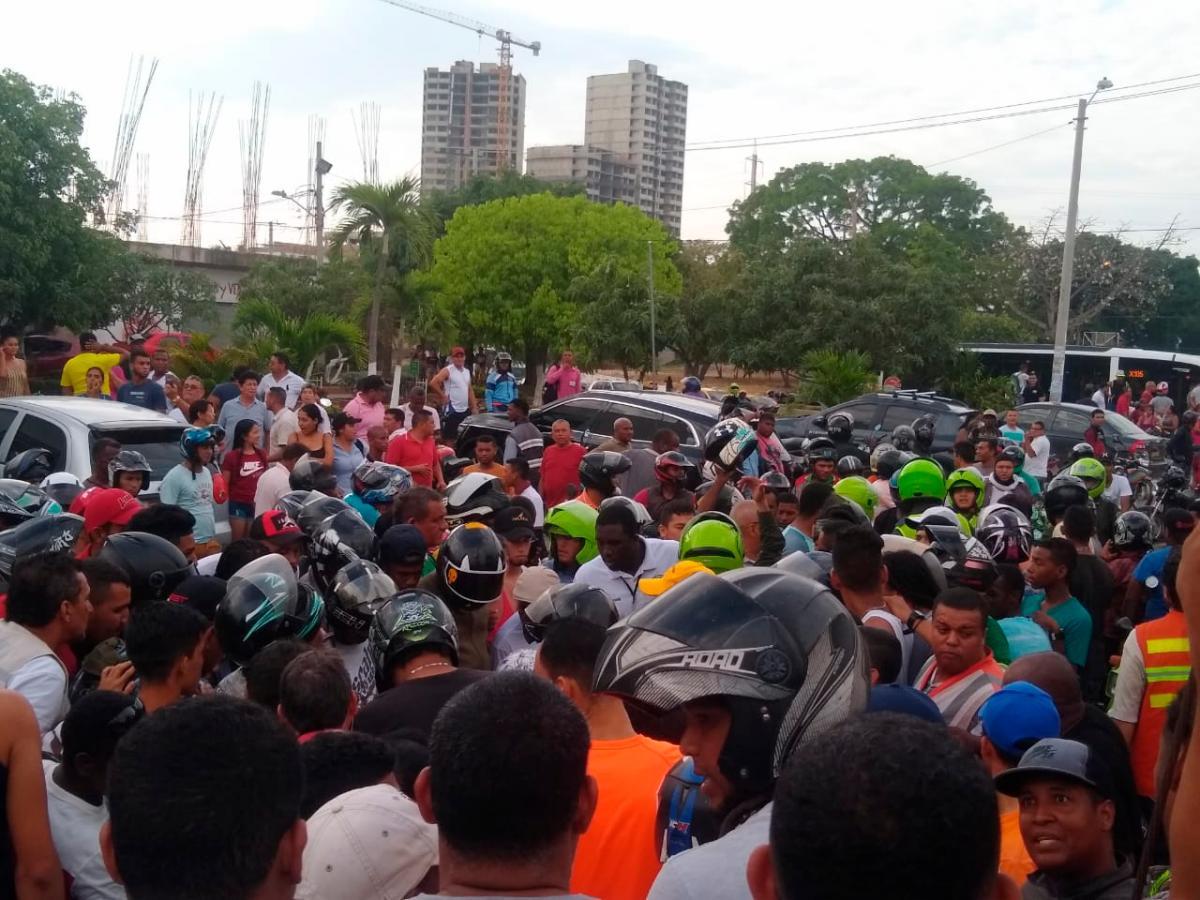 Según la Policía, el ataque de los presuntos sicarios iba dirigido contra uno de los ocupantes de una camioneta blindada que está en una disputa de tierras.