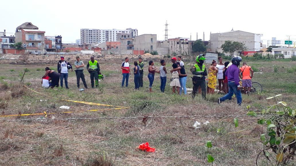 El cadáver de Cindy María Pitalúa Herrera fue encontrado en este lote enmontado por un hombre que caminaba hacia su casa. La mujer tenía 27 años, confirmaron sus familiares.