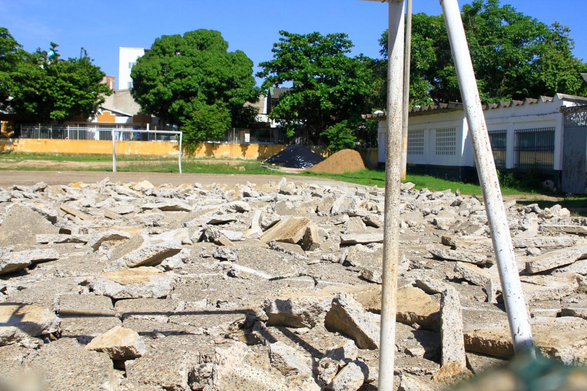 El Colegio Emiliano Alcalá Romero es también conocido como 'El Techo Rojo'. Al lado tienen un terreno donde hay una cancha que genera polémica. //foto julio castaño - el universal