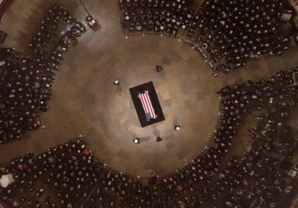 Vista general de la recepción del féretro con los restos mortales del expresidente de EE.UU. George H. W. Bush (1989-1993), que comienza hoy, en el Capitolio, en Washington, para que el público pueda rendirle tributo.//EFE