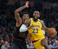 LeBron James sigue siendo la bujía de los Lakers en la NBA. //AP