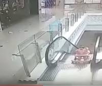 Video que muestra cuando la bebé cae por las escaleras de un centro comercial en China. //CAPTURA DE YOUTUBE