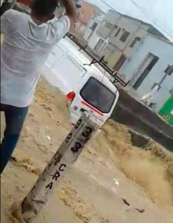 Video: carro es arrastrado por arroyo en Barranquilla