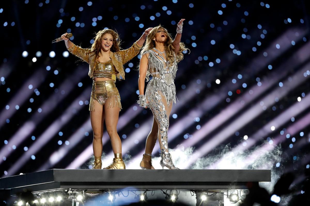 López y Shakira logran medio tiempo alegre y exhuberante