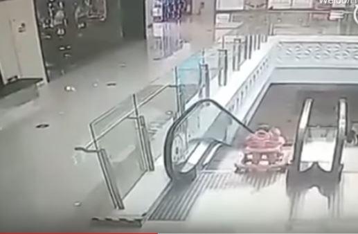 Madre se descuida y su bebé cae de las escaleras mecánicas