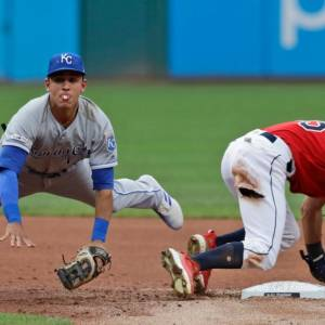 Nicky Lopez, izquierda, de los Reales de Kansas City, pone out al colombiano Óscar Mercado y tira a primera para intentar un fallido doble play.//AP