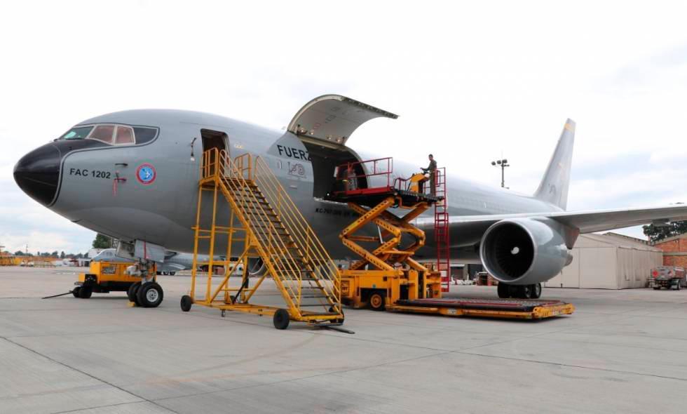 El avión está dividido en tres espacios: uno para personal militar, otro para sanitarios y otro para los evacuados. // EFE