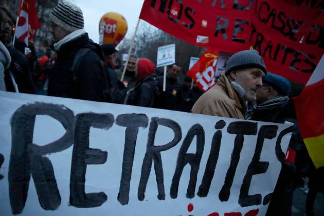 Ferroviarios franceses endurecen protesta contra reforma de pensiones