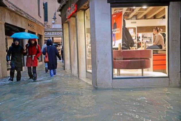 El agua vuelve a inundar Venecia mientras la marea sigue creciendo