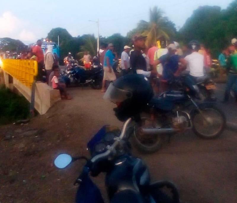 Habitantes de Matuya bloquean la Troncal de Occidente para exigir reductores de velocidad - El Universal - Colombia