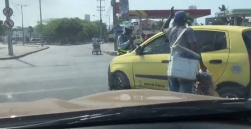 Video: taxista arrolla a agente de tránsito