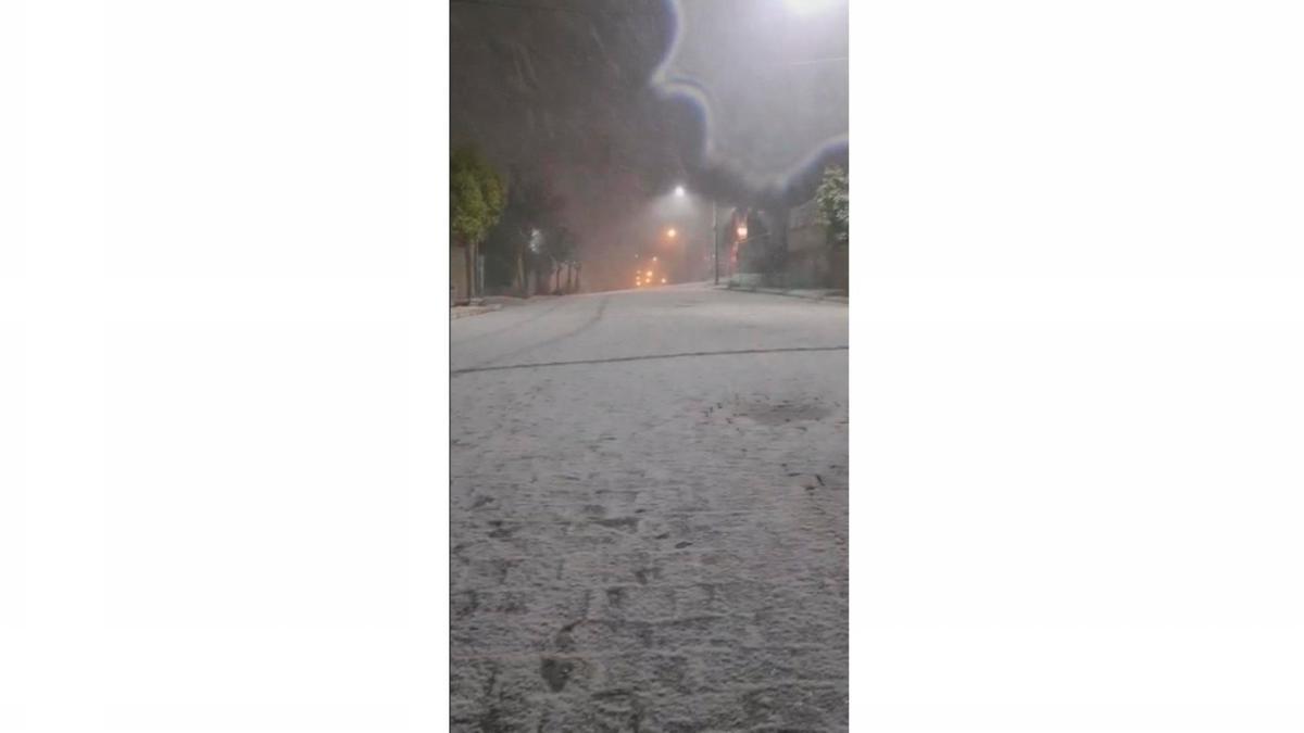 La fuerte nevada que se registró en Gramado en la noche del miércoles, inusual en los últimos tiempos, empujó a centenas de personas a las calles para registrar el fenómeno e inundó las redes sociales. TVEFE.