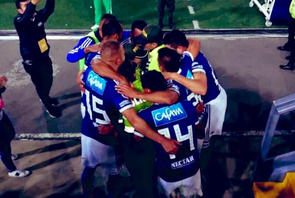 Jugadores de Millonarios celebran gol abrazando a policías en El Campín