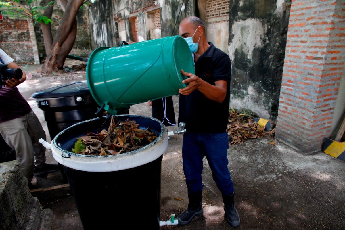 Para el compost usan desechos como lechugas, tomates, cáscaras de plátano, entre otros. // Aroldo Mestre - El Universal.