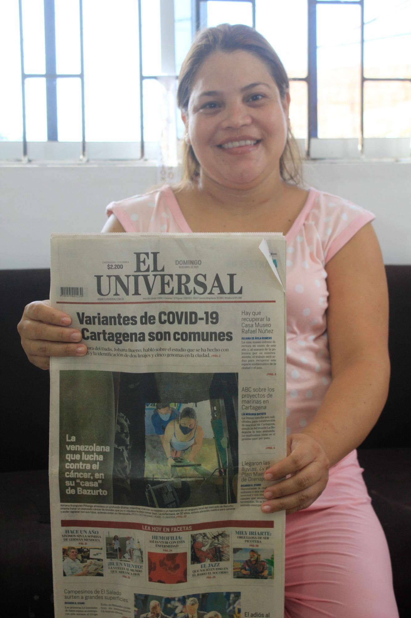 La enfermera venezolana Adriana Araguren Piñango posa para una fotografía: sostiene un ejemplar del periódico El Universal. La foto fue tomada en el apartamento donde vive con su familia, en el barrio El Prado de Cartagena de Indias, Colombia.