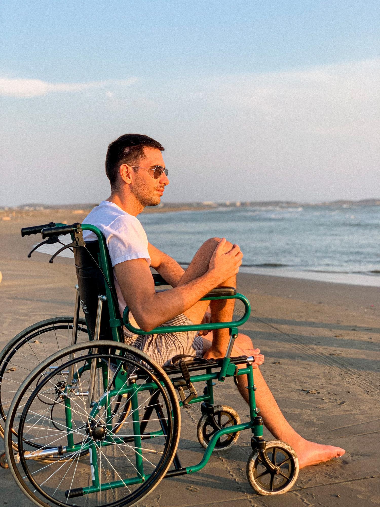 El empresario cartagenero contempla el mar desde la playa, en Cartagena de Indias, Colombia, sentado en su silla de ruedas.