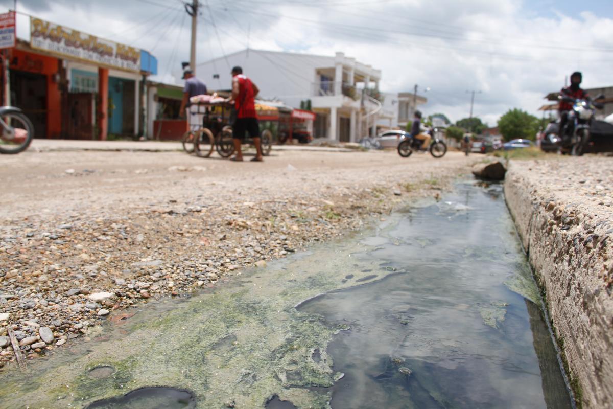 Las calles pasan llenas de agua sucia ante la ausencia de alcantarillado. // Luis Herrán - El Universal