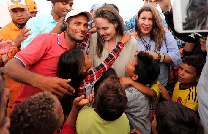 Angelina Jolie durante su visita a un refugio de Maicao. // AP