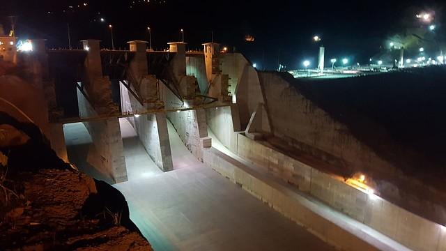 Pasadas las 8:00 de la noche de este viernes comenzó a fluir el agua del embalse a través del vertedero. / Colprensa.