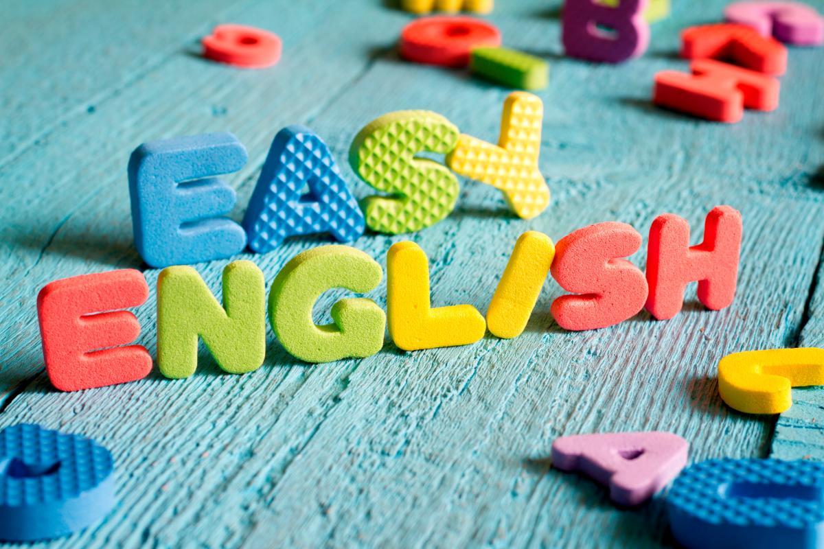 Letras de colores con la frase easy english.