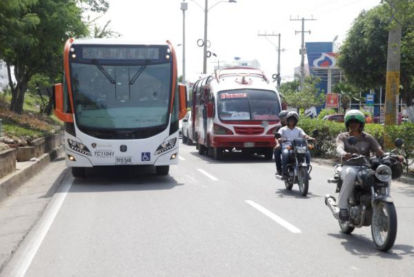 La ruta X102 durante su primer recorrido por la avenida Crisanto Luque. // Aroldo Mestre.