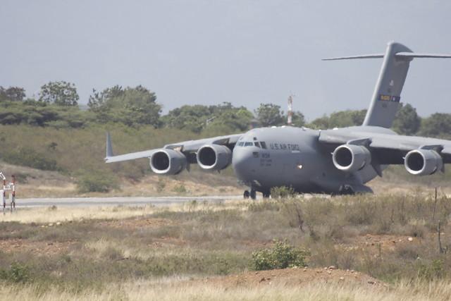 Los aviones militares tienen capacidad para transportar cada uno hasta 77,5 toneladas de carga.