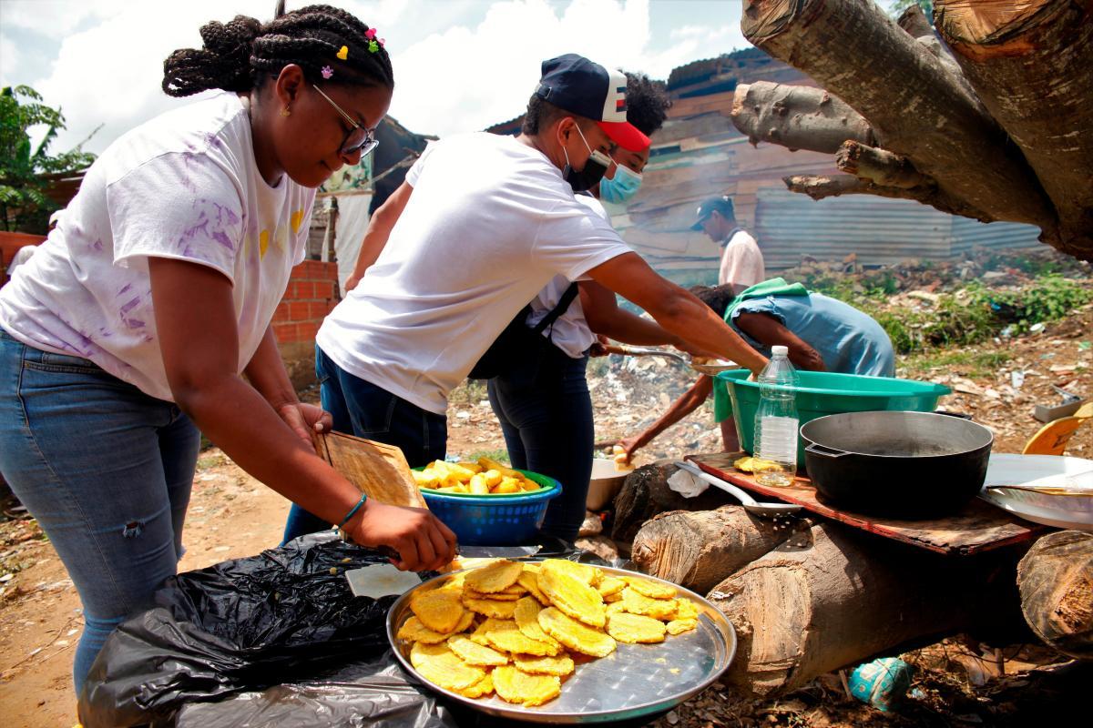 Bianca Licona mientras ayuda en la preparación de patacones para niños de la comunidad de La María en Cartagena.