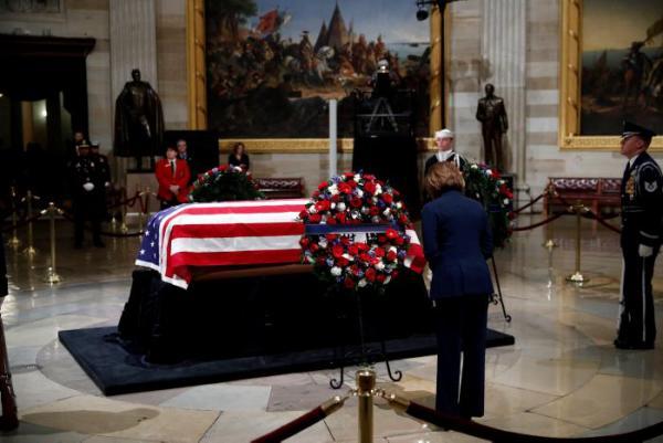 Los restos de Bush llegaron el lunes a bordo del Air Force One a Washington, donde se instaló en el Congreso su capilla ardiente que permanecerá abierta hasta mañana miércoles.//EFE.
