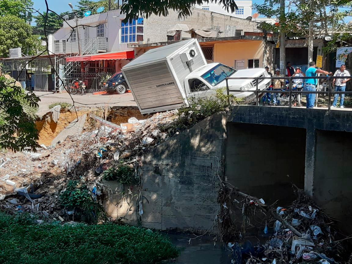 Este camión por poco cae en Canal Ricaurte. Foto Eduardo Herrán/El Universal.