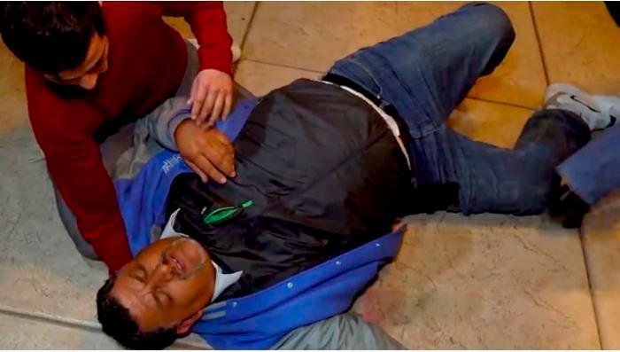 El hombre cayó al suelo tras asegurar tener dolores de pecho. // Captura de pantalla de YouTube Badabun.