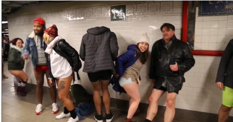 Frío y diversión en el día sin pantalones en el metro de Nueva York