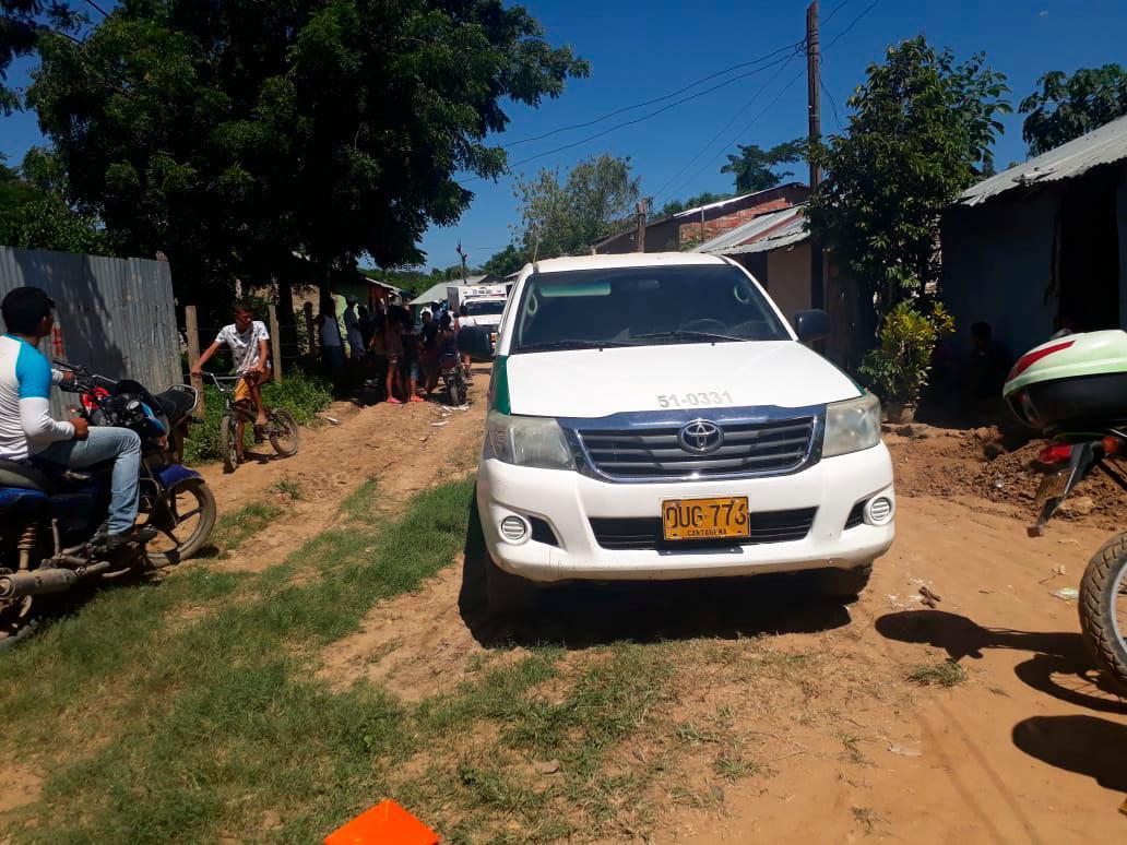 La Policía y el CTI de la Fiscalía realizan el levantamiento del cuerpo en un lugar enmontado de esta población.//LILA LEYVA VILLARREAL