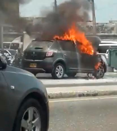 Así quedó el vehículo transportado por la grúa del DATT. //Foto tomada de video.