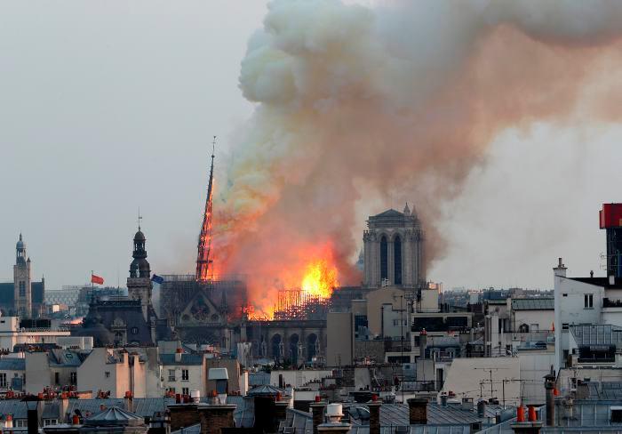 La aguja central de la catedral se ha derrumbado devorada por el incendio que afecta a buena parte del tejado del templo gótico.