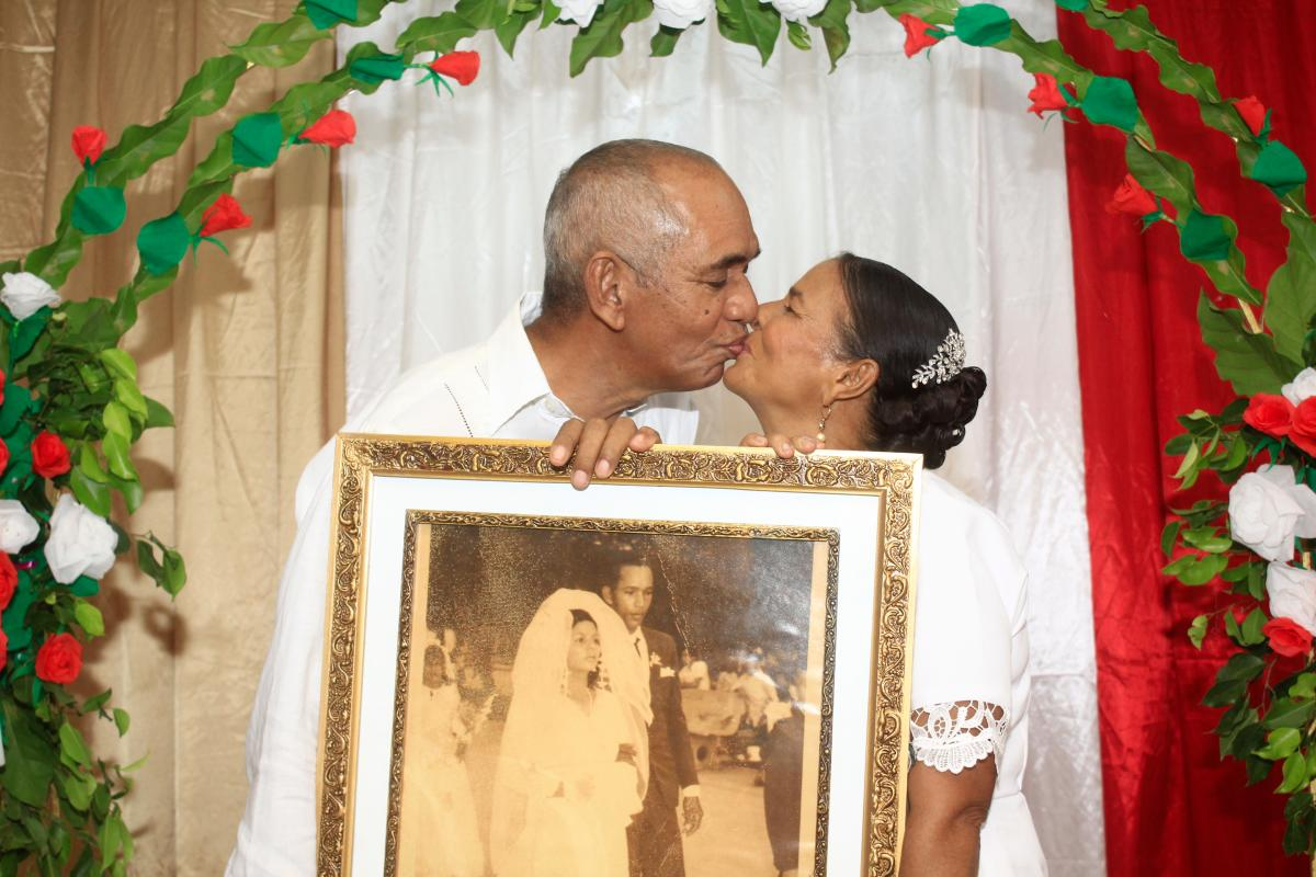 César Martínez y Roquelina Pájaro posa para una fotografía besándose en su casa de Arjona, Bolívar, Colombia.