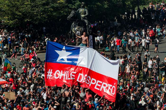 Hace exactamente un mes una avalancha de personas se tomó las calles de Santiago de Chile, por cuenta del alza en el precio del metro de la ciudad. // AP.