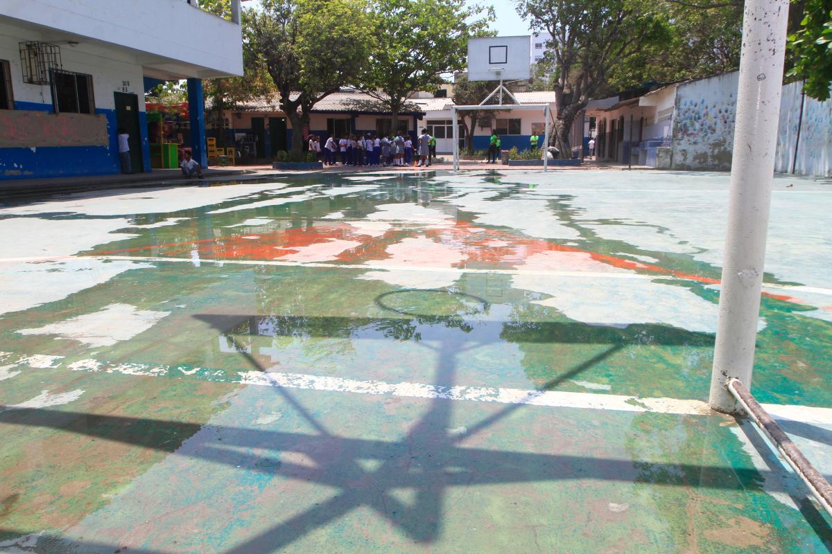 El agua llega hasta el lugar donde los estudiantes dan sus clases de educación física, lo cual expone a los niños.//Julio Castaño -El Universal