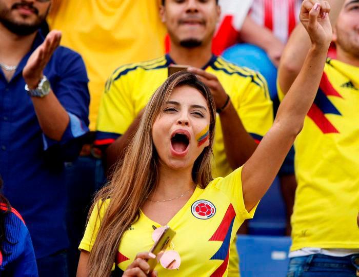 Una aficionada colombiana anima a la Selección durante el partido amistoso con Chile en Alicante. // EFE