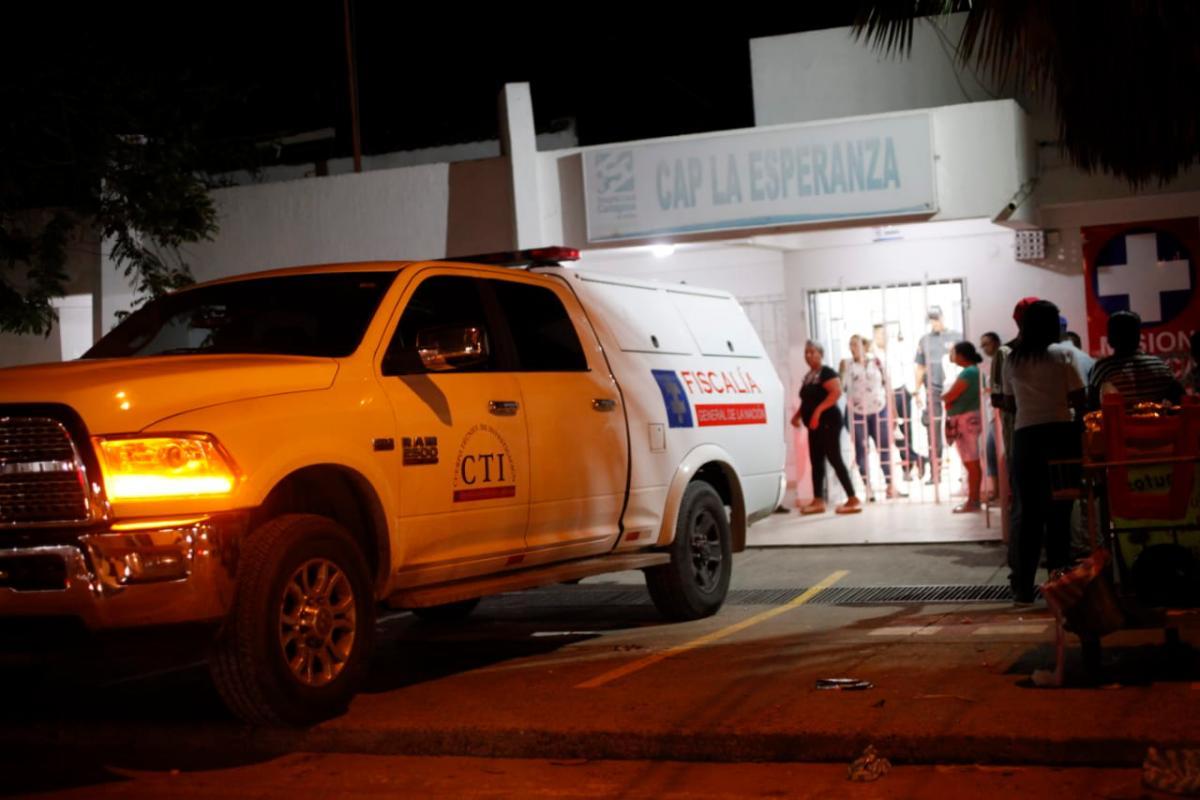 Curiosos trasladaron en vano a Jiménez al CAP de La Esperanza, donde los peritos forenses realizaron la inspección judicial del cuerpo.