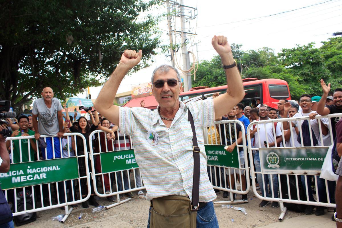 William Dau llegó el pasado martes a la sede donde se hacen los escrutinios para pedir garantías en el proceso. // Foto: Julio Castaño Beltrán.