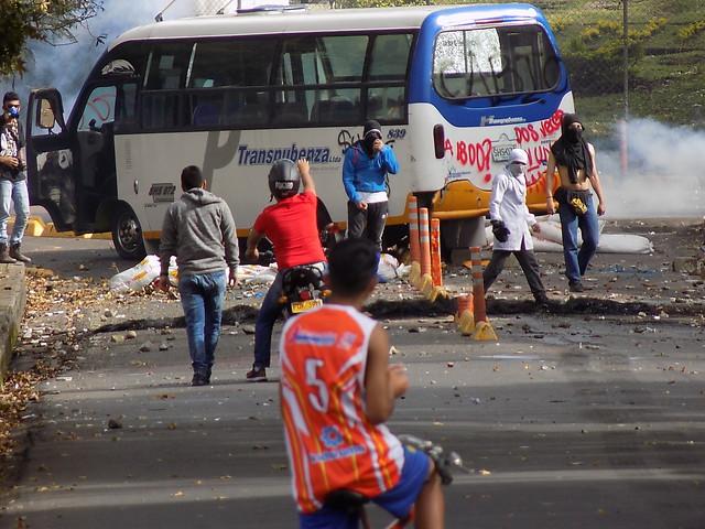 Frente a las facultades de Educación e Ingenierías de la Universidad del Cauca ocurrieron violentos enfrentamientos entre algunos estudiantes e integrantes el Escuadrón Móvil Antidisturbios, Esmad.