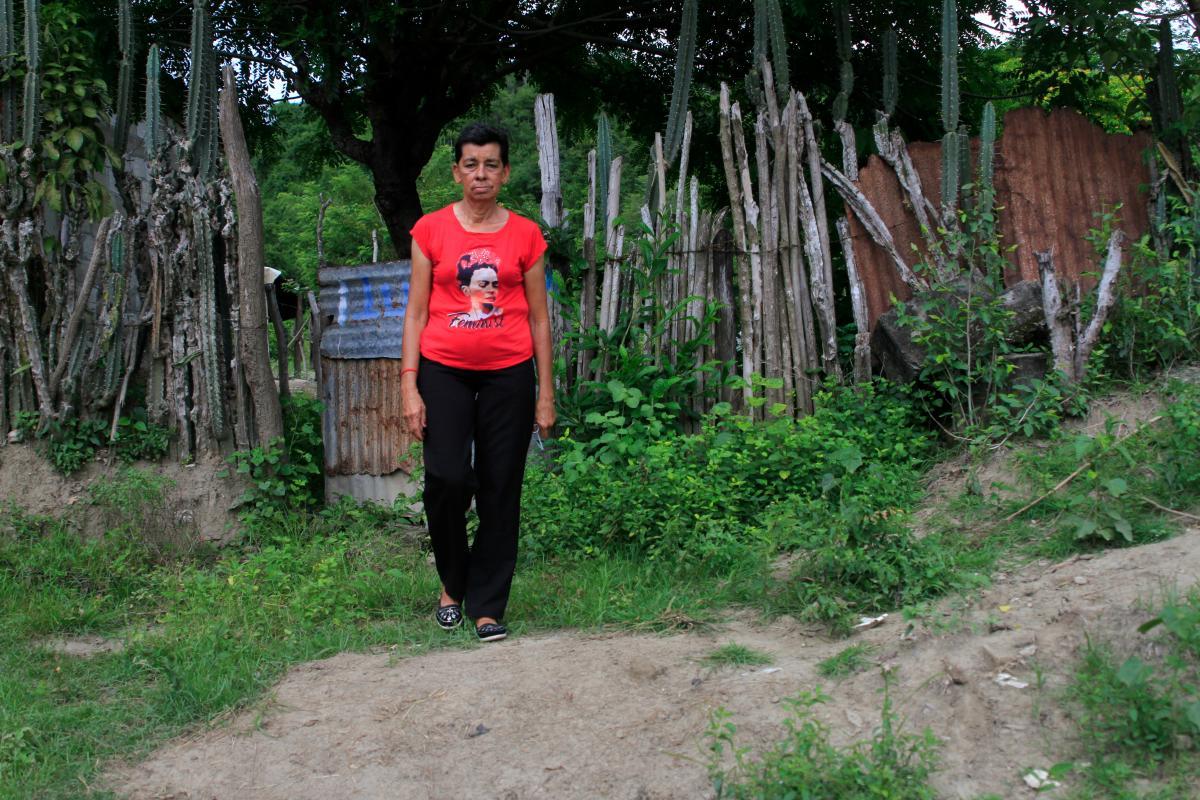 Edita Garrido camina por una zona enmontada en el campo que cultiva.