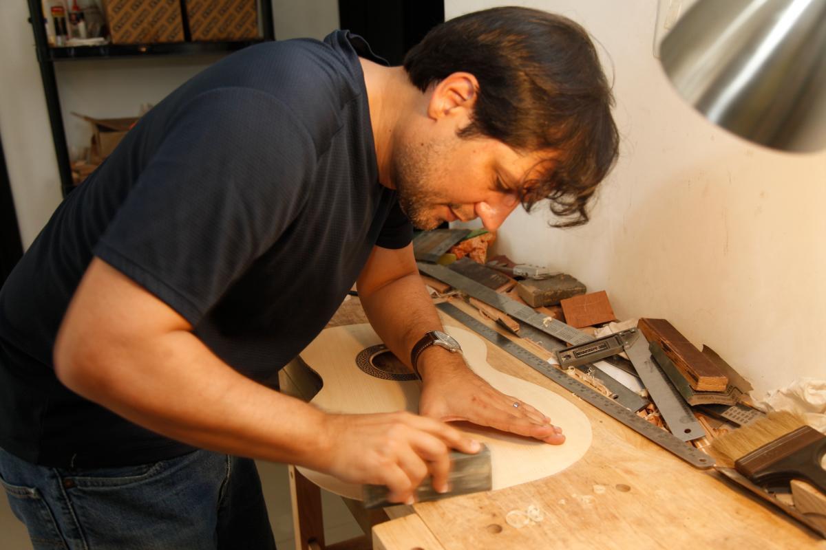 Eduardo Bossa Vergara en su taller del barrio Manga. //Fotos: Aroldo mestre - el universal.