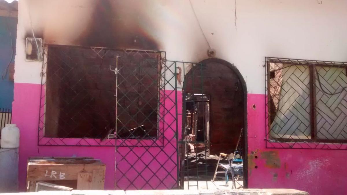 La víctima tenía 16 años y había sido baleada el pasado 6 de junio. Una turba se fue esta madrugada a la casa de los supuestos victimarios y la atacaron con piedras y fuego.