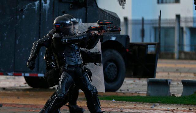 La escopeta calibre 12 es empleada por el Escuadrón Móvil Antidisturbios para disolver revueltas, manejo de multitudes y bloqueos de vías. // Colprensa