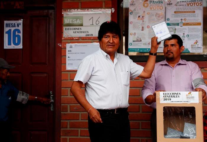 Evo Morales emitiendo su voto. // AP
