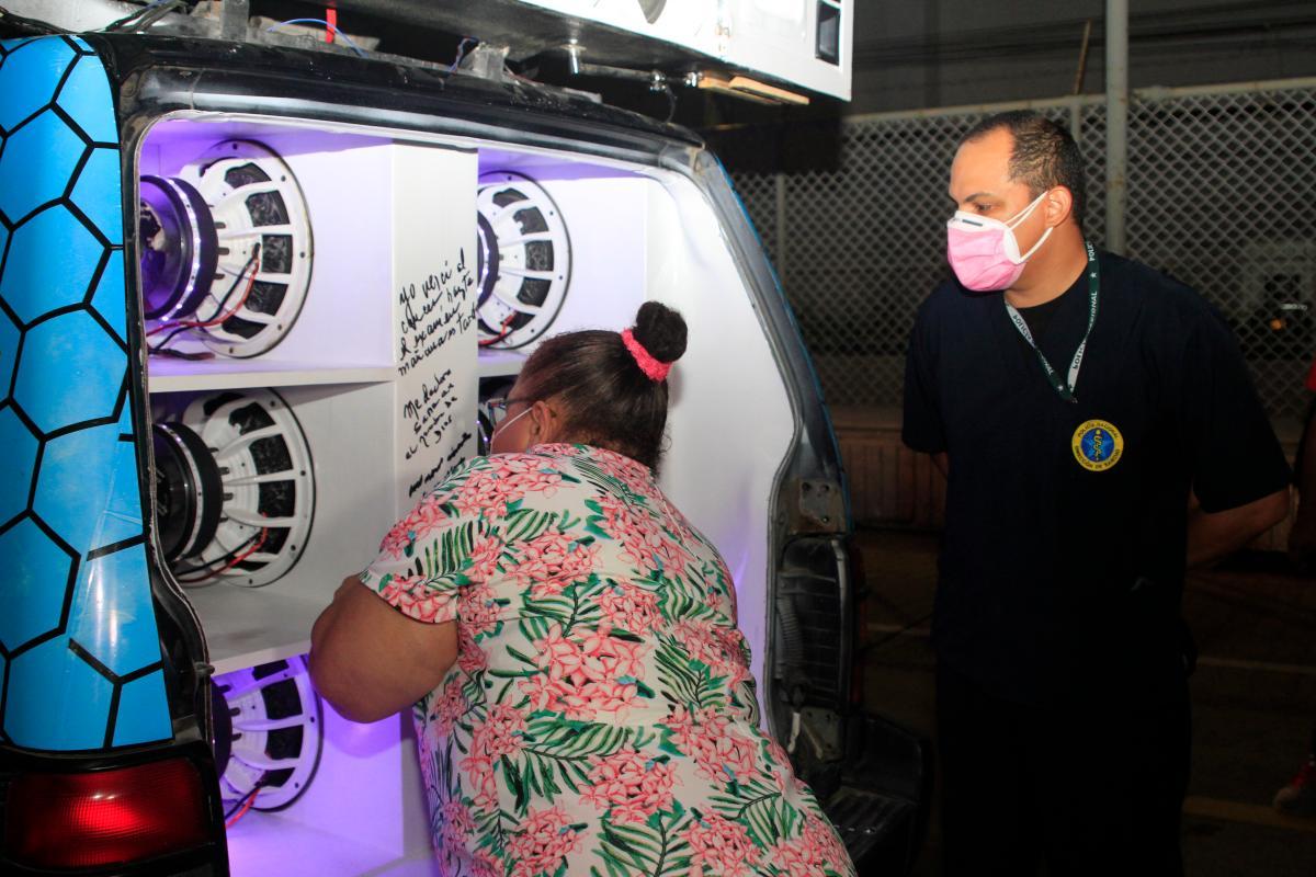Los parlantes de la camioneta siendo firmados por pacientes que han sido afectados por el cáncer. En la foto aparece Fabio Zambrano. //Fotos:_Óscar Díaz Acosta - El Universal.