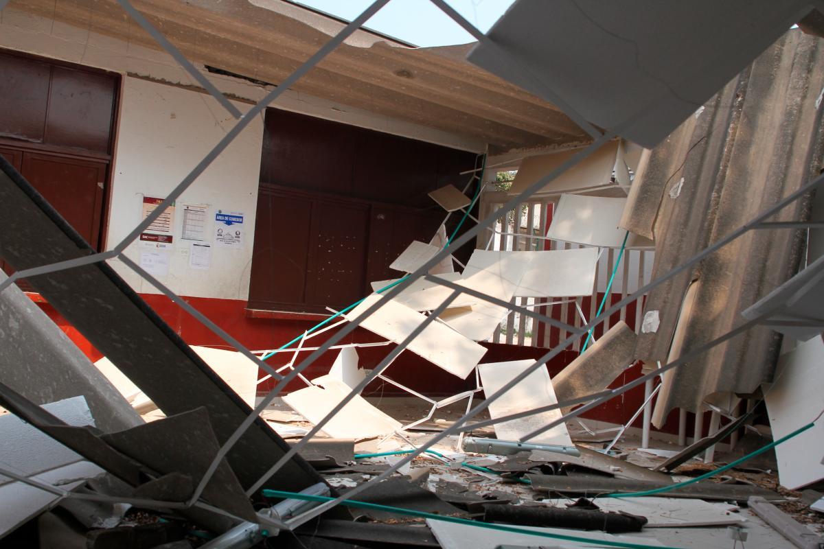 El techo de la institución se desplomó al momento en que se le hacían unas reparaciones que fueron requeridas por la rectora de la institución, debido a daños que afectaban el funcionamiento del restaurante escolar.// Oscar Díaz - El Universal.